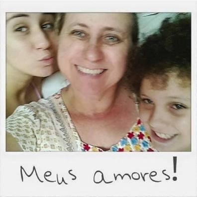 """Edição de foto em que parece uma polaroid , Dora está fazendo biquinho, Zanete sorrindo junto com Pedro ao seu lado esquerdo.A pesar da foto está um pouco tremida podemos ver a felicidade dos três e um recado de Zanete abaixo escrito: """"Meus Amores!"""""""