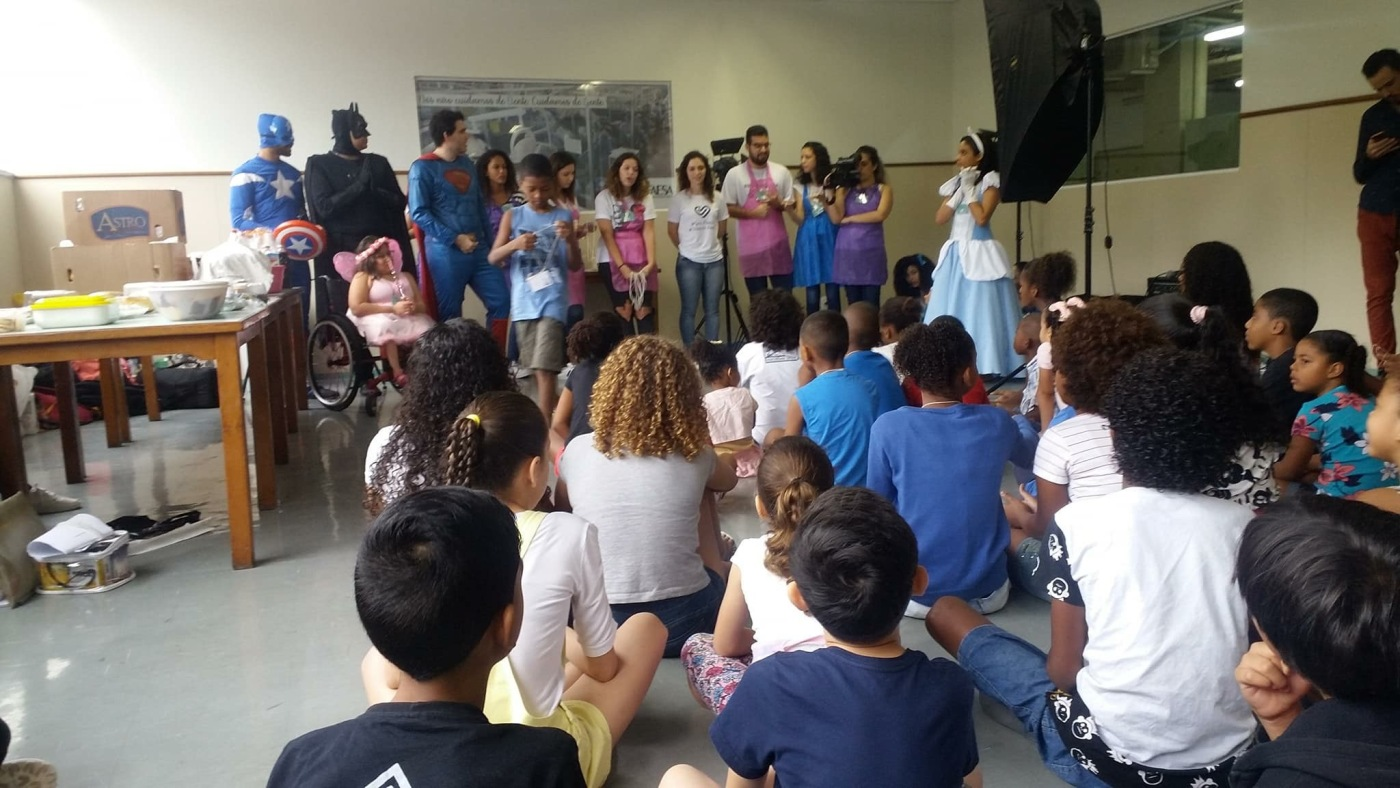 Crianças do projeto e alunos de comunicação