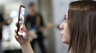 Isabella fazendo imagens do evento / Foto: Marina Melim