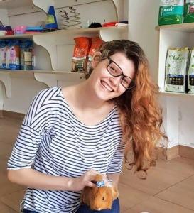 Júlia e seu porquinho da índia Jaqueline. Foto: acervo pessoal.