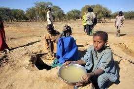 Criança senegalesa fazendo bolinho de terra./ Foto: Google