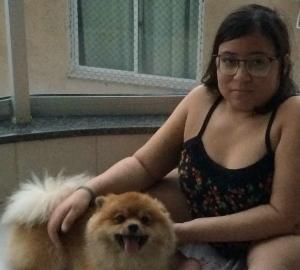 Ana Clara com o cachorro de estimação Woody