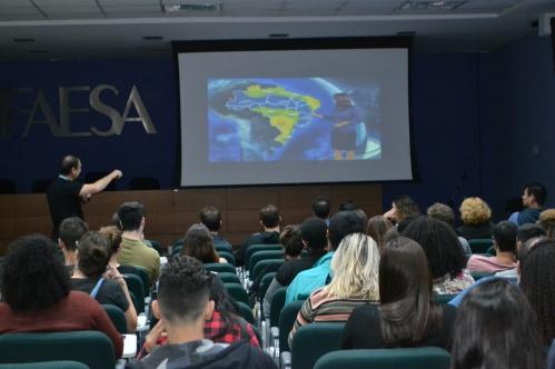 Professor Walter Có apresentando a ideia dos Rios Aéreos