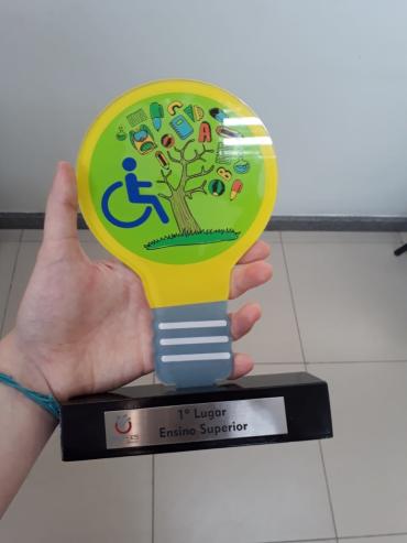 Foto do prêmio Sinepe em Ação 2018. Troféu foi vencido pelo projeto Virando a Página da Faesa Centro Universitário. Foto: Daniela Esperandio