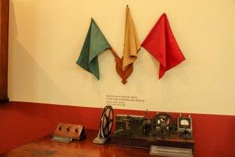 Quadros, relógios, medidores e boinas em exposição no Museu Vale / Foto: Layla Venturim