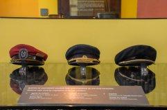 Foto tirada no interior do Museu Vale, captando quepes de uniformes usados por funcionários das antigas estações / Foto: Juan Mofati