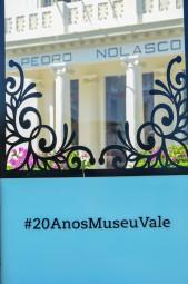 Vista através da moldura dos 20 anos do Museu Vale localizada em frente ao local / Foto: Ana Paula Senna