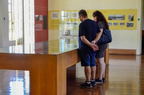 Visitantes olhando peças em exposição no Museu Vale / Foto: Ana Paula Senna