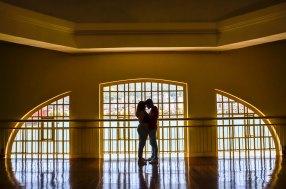 Silhueta do casal (Isabella e Jorge) na janela do Museu Vale / Foto: Ana Paula Senna