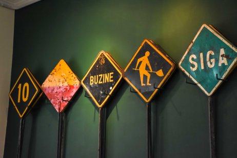 Fotografia de placas expostas no interior do Museu Vale / Foto: Francine Venturini