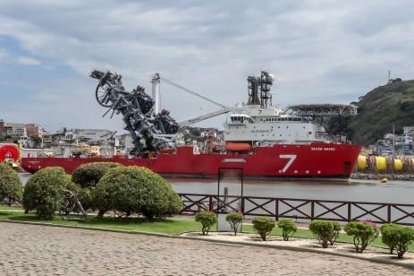 Navio ancorado na baia do Museu Vale / Foto: Gabriela Vargas