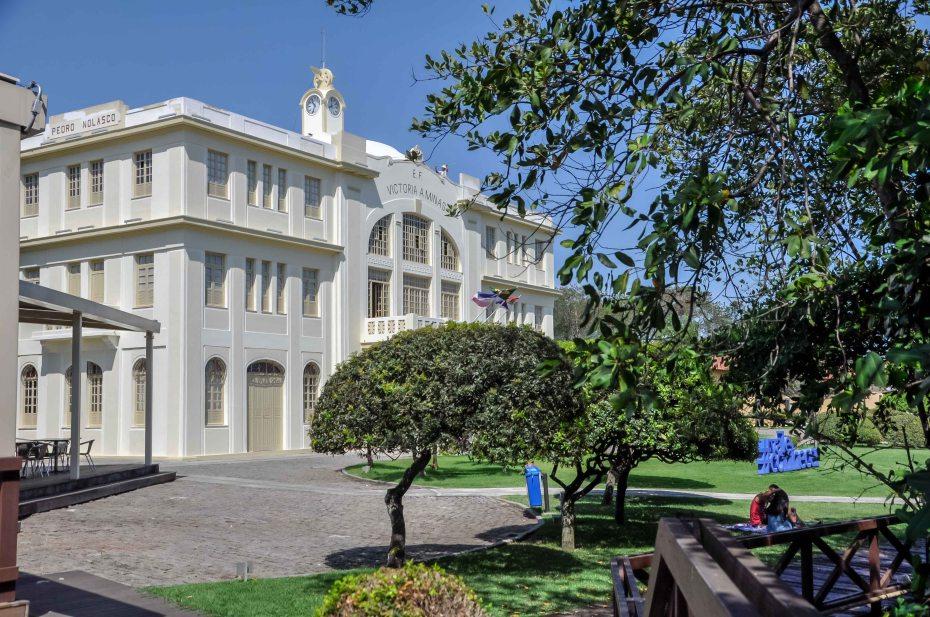 Fotografia do Museu Vale com vista para sua área de convivência, jardins e o casal Eduardo e Karina, visitantes fazendo piquenique / Foto: Gusthavo Ferreira