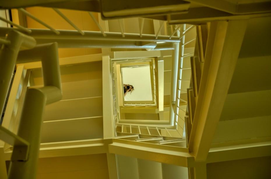 Escada no interior do Museu Vale com visão vertical / Foto: Lucas Damacena
