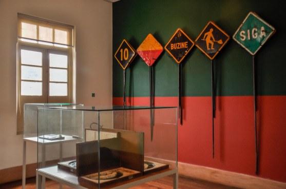 Exposição de placas no interior do Museu Vale / Foto: Naiara Souza