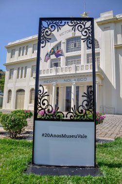 Placa localizada na Frente do Museu Vale / Foto: Victor Sales