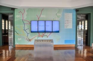 Mapa e a tela na qual são expostos os vídeos no interior do Museu Vale / Foto: Naiara Souza