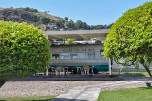 Café do museu entre árvores / Foto: Luiza Sessa