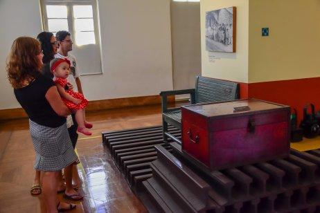 Visitação observando a exposição de antiguidades presente na área interna do Museu da Vale / Foto: Carolina De Lai