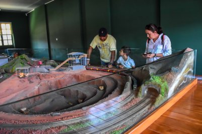 Visitação observando a maquete da ferrovia do Museu da Vale / Foto: Carolina De Lai