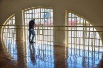 Victor Sales fotografando da janela superior do museu da vale